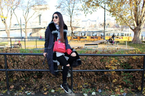Wearing : Rino & Pelle coat, Versace Jeans shoes, Anel Jeans, Silvian Heach jumper, Taifun scarf, Cavalli Class bag and Miu Miu sunglasses.